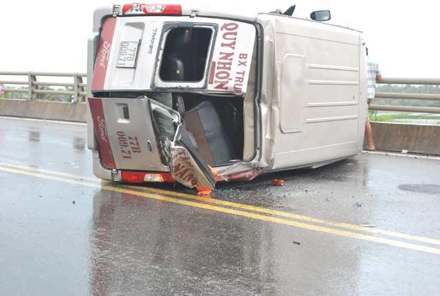 Xe khách lật nhào trên quốc lộ, 4 người thương vong - 1