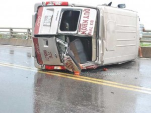 Tin tức trong ngày - Xe khách lật nhào trên quốc lộ, 4 người thương vong