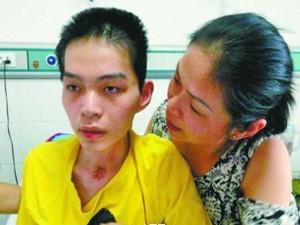 Chàng trai thoát chết nhờ tình yêu của mẹ