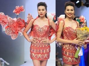 Siêu mẫu Thanh Hằng đeo cánh kết hoa nặng 12kg