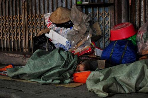 HN: Người vô gia cư chui bao tải ngủ vỉa hè trong đêm rét - 1
