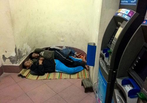 HN: Người vô gia cư chui bao tải ngủ vỉa hè trong đêm rét - 10