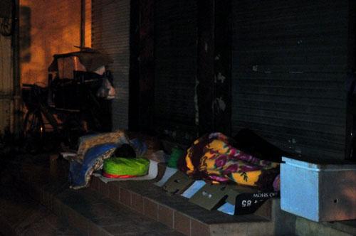 HN: Người vô gia cư chui bao tải ngủ vỉa hè trong đêm rét - 11