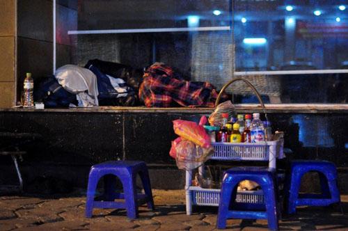 HN: Người vô gia cư chui bao tải ngủ vỉa hè trong đêm rét - 12