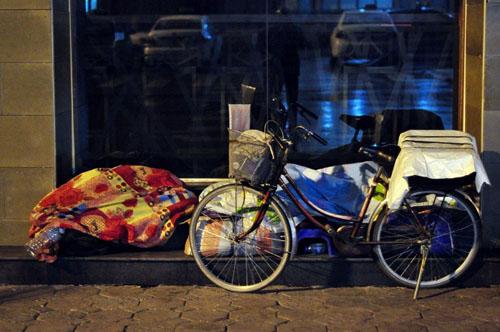 HN: Người vô gia cư chui bao tải ngủ vỉa hè trong đêm rét - 13