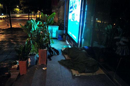 HN: Người vô gia cư chui bao tải ngủ vỉa hè trong đêm rét - 14