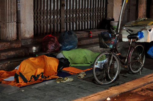 HN: Người vô gia cư chui bao tải ngủ vỉa hè trong đêm rét - 2