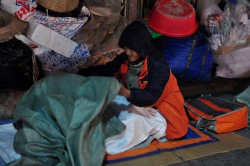 HN: Người vô gia cư chui bao tải ngủ vỉa hè trong đêm rét - 4