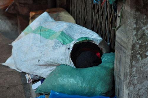 HN: Người vô gia cư chui bao tải ngủ vỉa hè trong đêm rét - 5