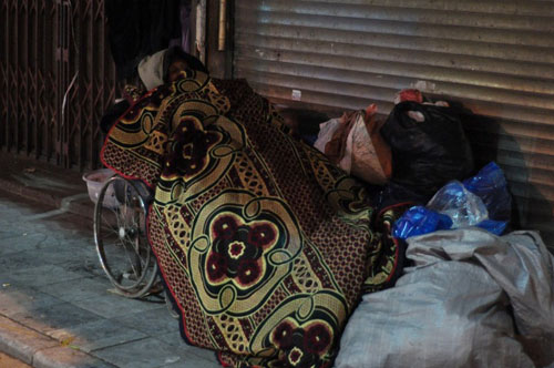 HN: Người vô gia cư chui bao tải ngủ vỉa hè trong đêm rét - 6