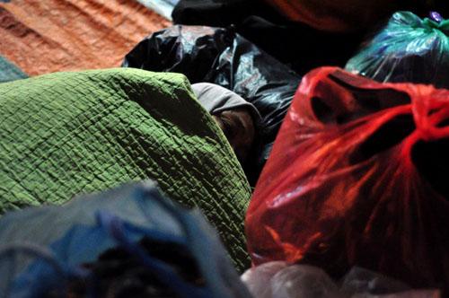 HN: Người vô gia cư chui bao tải ngủ vỉa hè trong đêm rét - 8