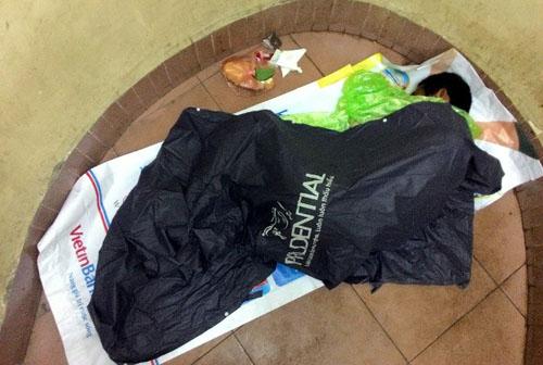 HN: Người vô gia cư chui bao tải ngủ vỉa hè trong đêm rét - 9