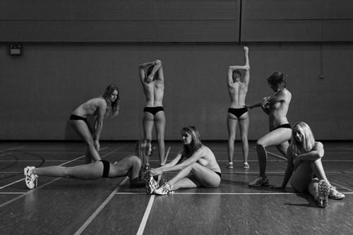 18 nữ sinh ở Anh cởi đồ chụp ảnh gây quỹ từ thiện - 1