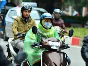 Tin tức trong ngày - Ảnh: Người Hà Nội mặc áo mưa chống rét đầu đông