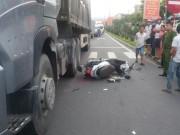 Video An ninh - Chờ đèn đỏ, bị xe tải từ phía sau lao lên tông chết