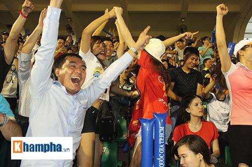 """Fan """"quẩy"""" tưng bừng xem Công Phượng đấu U21 Việt Nam - 13"""