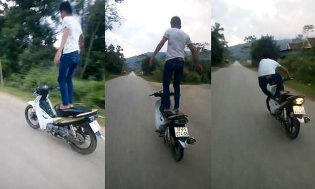 Triệu tập thanh niên đứng trên yên xe máy đang chạy - 1