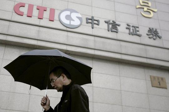 Chứng khoán Trung Quốc giảm sốc sau hung tin kép - 1