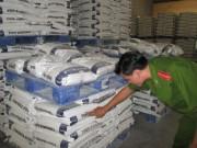 Thị trường - Tiêu dùng - Đột kích kho thức ăn chăn nuôi nghi có chất cấm