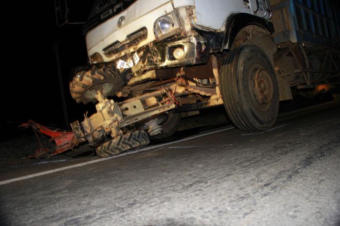 Hiện trường kinh hoàng vụ xe tải tông công nông - 11