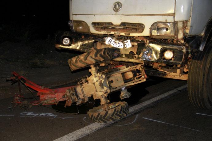 Hiện trường kinh hoàng vụ xe tải tông công nông - 2