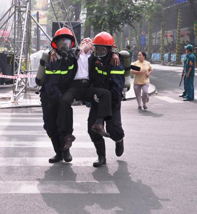Ảnh: Diễn tập giải cứu 3.000 người trong nhà cao tầng cháy nổ - 13