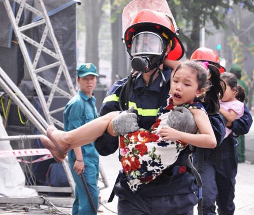 Ảnh: Diễn tập giải cứu 3.000 người trong nhà cao tầng cháy nổ - 14