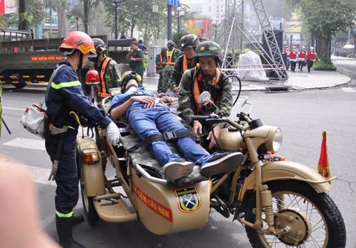 Ảnh: Diễn tập giải cứu 3.000 người trong nhà cao tầng cháy nổ - 15