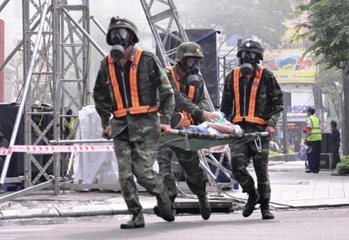 Ảnh: Diễn tập giải cứu 3.000 người trong nhà cao tầng cháy nổ - 16