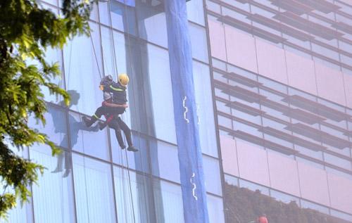 Ảnh: Diễn tập giải cứu 3.000 người trong nhà cao tầng cháy nổ - 19