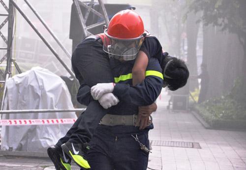 Ảnh: Diễn tập giải cứu 3.000 người trong nhà cao tầng cháy nổ - 20