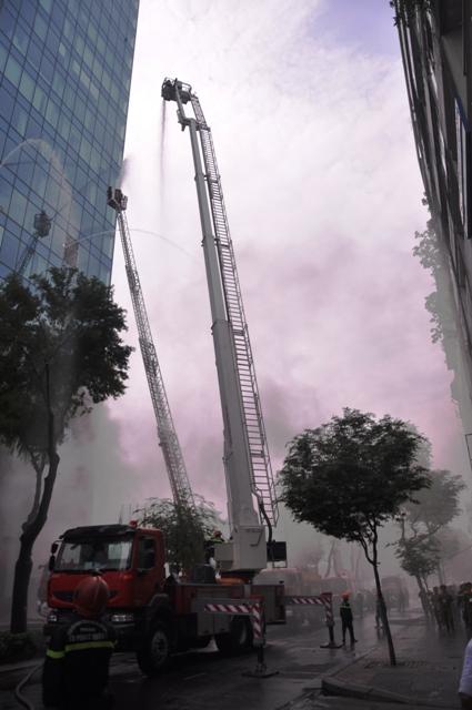 Ảnh: Diễn tập giải cứu 3.000 người trong nhà cao tầng cháy nổ - 25