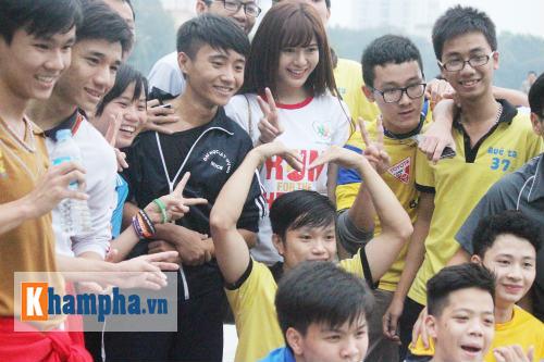 """Hot girl MU Tú Linh, hoa khôi bóng đá """"Chạy vì trái tim"""" - 4"""