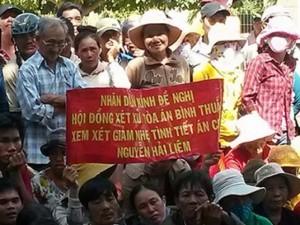 An ninh Xã hội - Dân căng băng rôn xin xử nhẹ bị cáo giết vợ và cha vợ