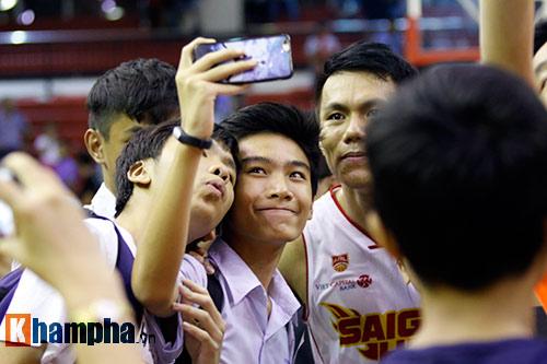 CĐV nữ cực xinh vỡ oà vì CLB bóng rổ số 1 Việt Nam - 12