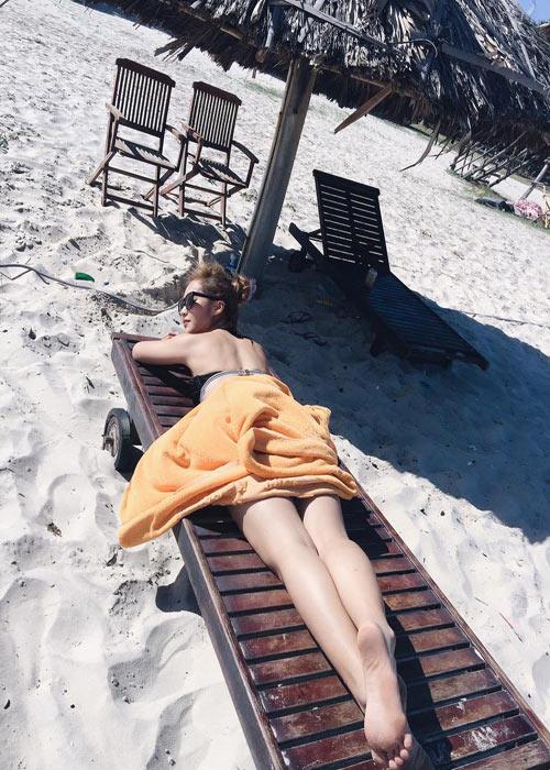 Khả Ngân gợi cảm với bikini, Ly Kute làm mẫu bà bầu - 1