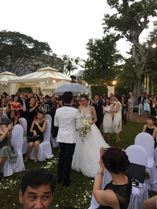 Cô dâu Diễm Hương rạng rỡ nhờ váy cưới xuyên thấu - 3
