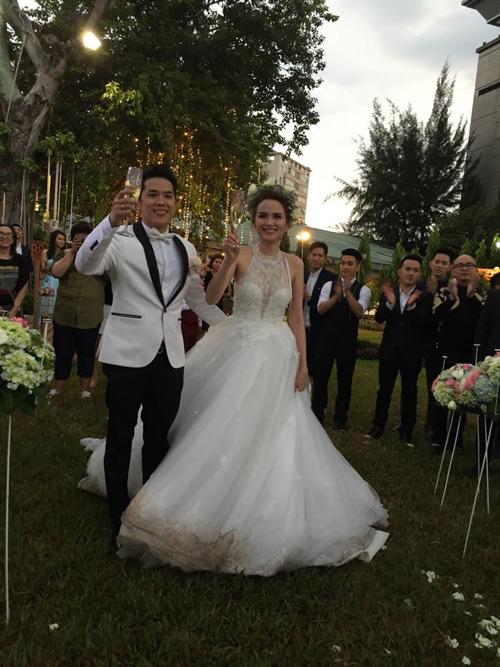 Cô dâu Diễm Hương rạng rỡ nhờ váy cưới xuyên thấu - 4