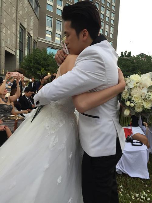 Cô dâu Diễm Hương rạng rỡ nhờ váy cưới xuyên thấu - 2