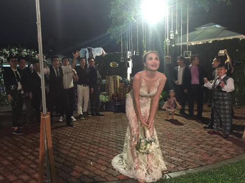 Cô dâu Diễm Hương rạng rỡ nhờ váy cưới xuyên thấu - 10