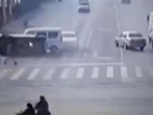 3 xe ô tô đột nhiên bị nhấc bổng trên đường