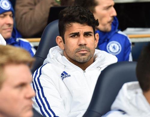 Không được đá, Costa nổi điên ném áo vào Mourinho - 1