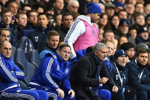 Không được đá, Costa nổi điên ném áo vào Mourinho - 2