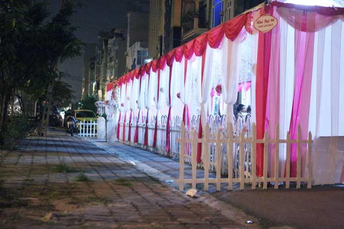 Ảnh: Dựng rạp đám cưới, biến đường thành... sân ở HN - 10