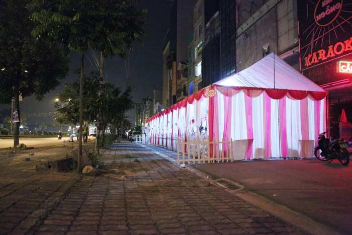 Ảnh: Dựng rạp đám cưới, biến đường thành... sân ở HN - 9