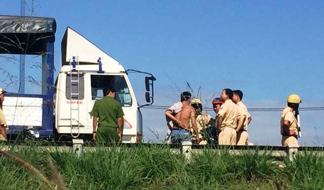 CSGT bị tài xế đạp văng từ trên xe tải xuống đất - 1
