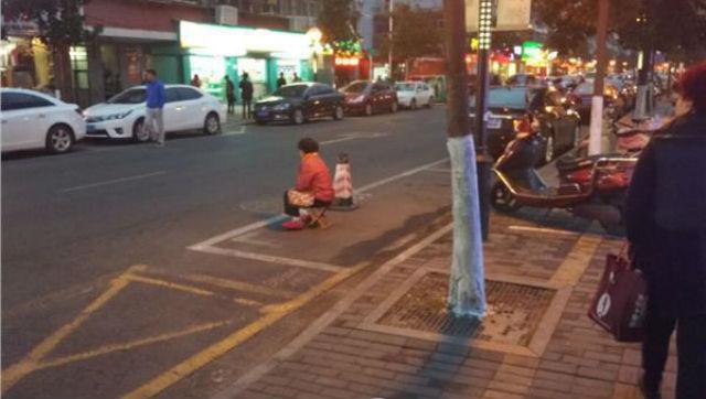 Con trai bắt bố mẹ ngồi giữa trời lạnh để xí chỗ đậu xe - 2