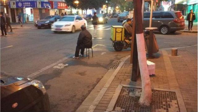 Con trai bắt bố mẹ ngồi giữa trời lạnh để xí chỗ đậu xe - 1