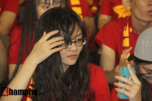 Fan nữ dãi nắng, dầm mưa vì mê Công Phượng đá bóng - 10