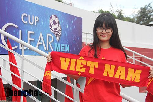 Fan nữ dãi nắng, dầm mưa vì mê Công Phượng đá bóng - 2